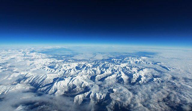 分水嶺の空は青く
